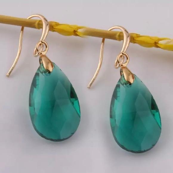 Jewelry - NWT Emerald Green Teardrop Earrings
